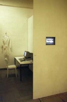 """Installation """"Das Gedächtnis der Frau in Weiss"""" (Version 1, HdK Berlin,1996)"""